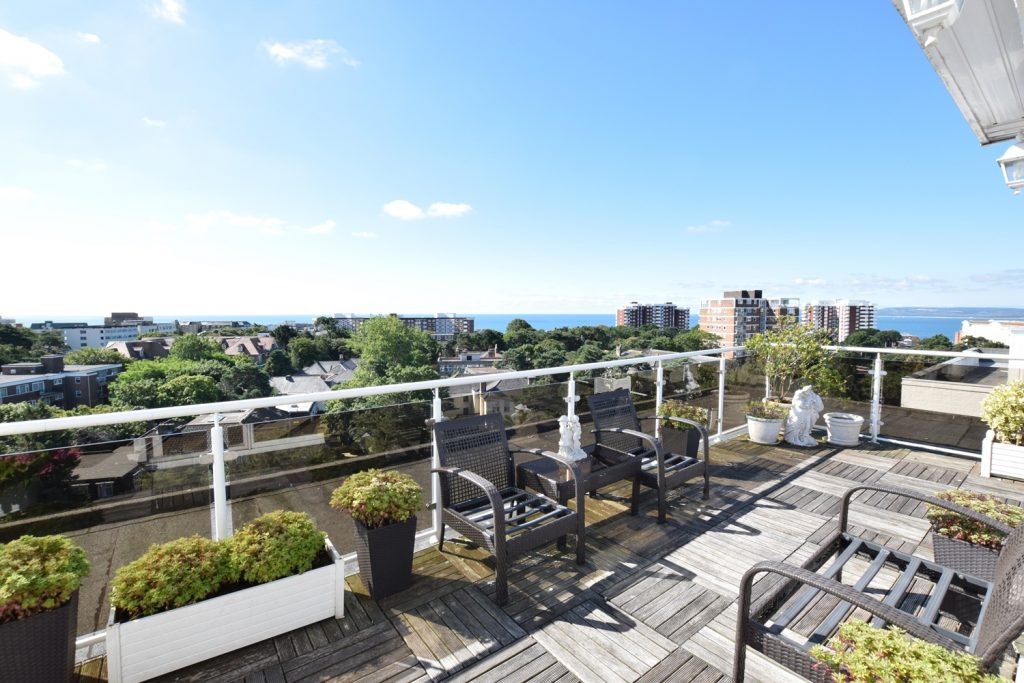 SUPERB PENTHOUSE APARTMENT - BOURNEMOUTH featured image